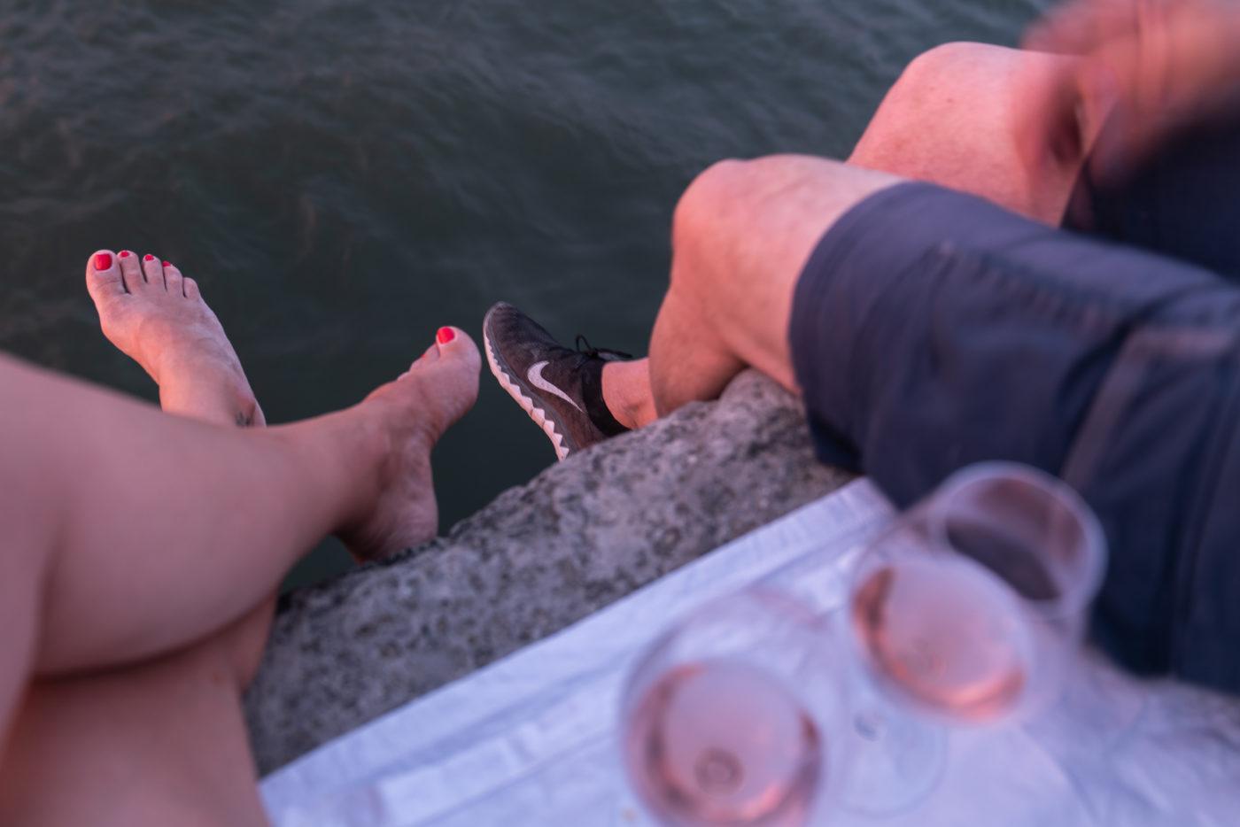 Füsse über die Quaimauer baumeln lassen und den Sommerabend an der Seine in Paris geniessen