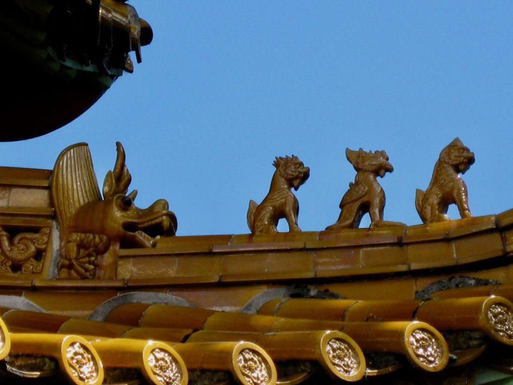Bambusdach und Drachenfiguren im Chinagarten